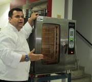 Chef de cozinha Alessandro Eller apresentando dicas de uso do forno combinado